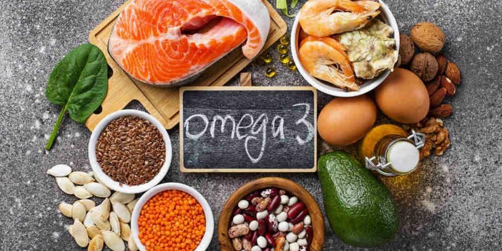 Peixe, sementes, ovos, camarão, abacate e azeite.
