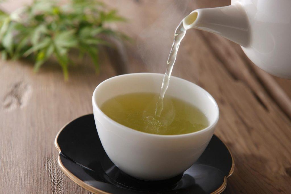 Chá verde dentro de uma xícara branca
