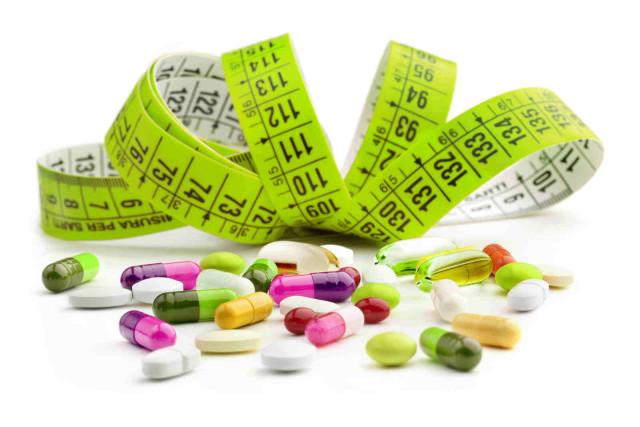 Fita métrica e cápsulas de remédios