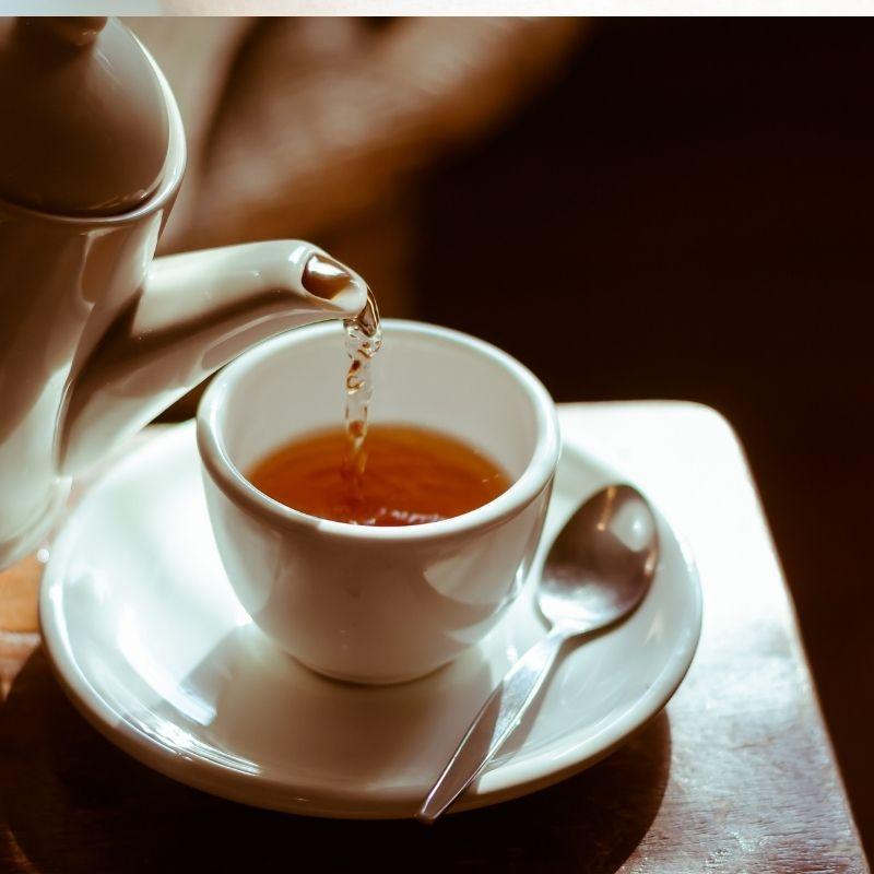 Uma bula servindo uma Xícara de chá.