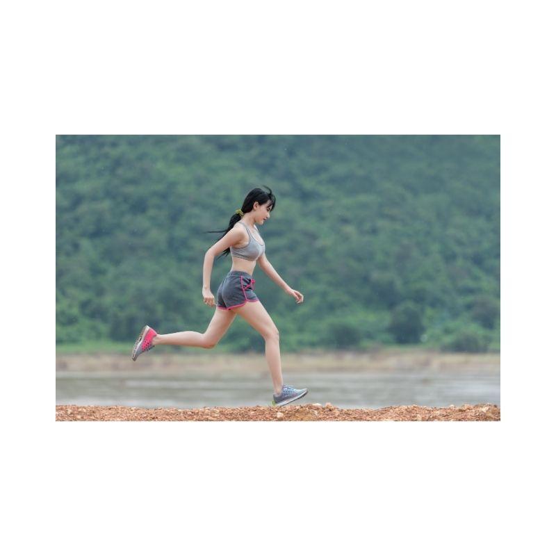 mulher praticando atividade física.