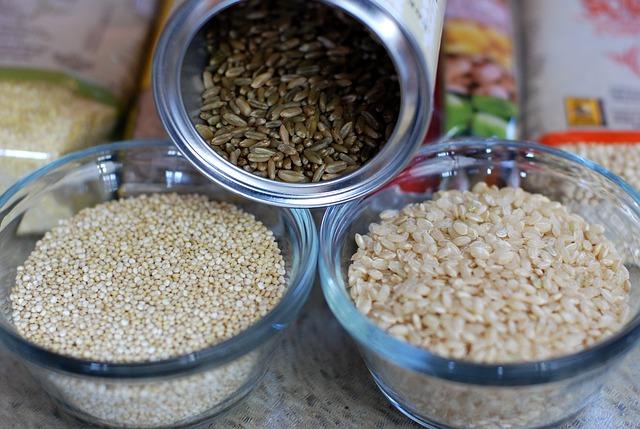 três tipos de arroz integral, distribuídos em três potes.