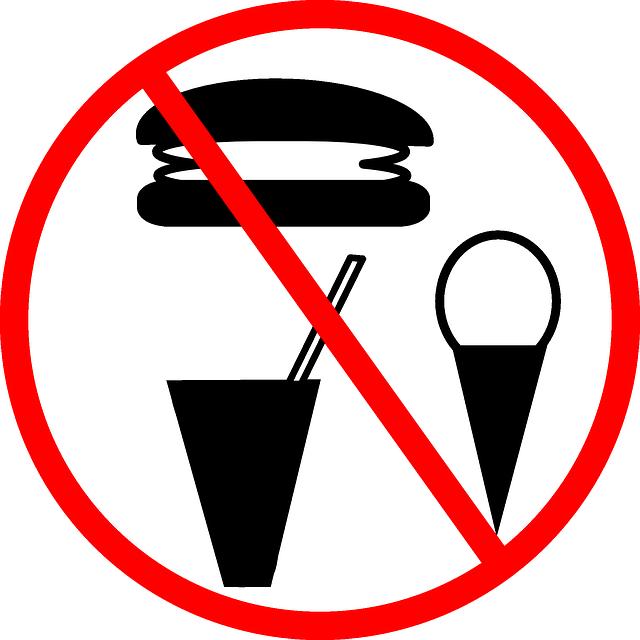 Símbolo vermelho de proibido, com alguns tipos de alimentos, tais como açúcar, processados e com sal.