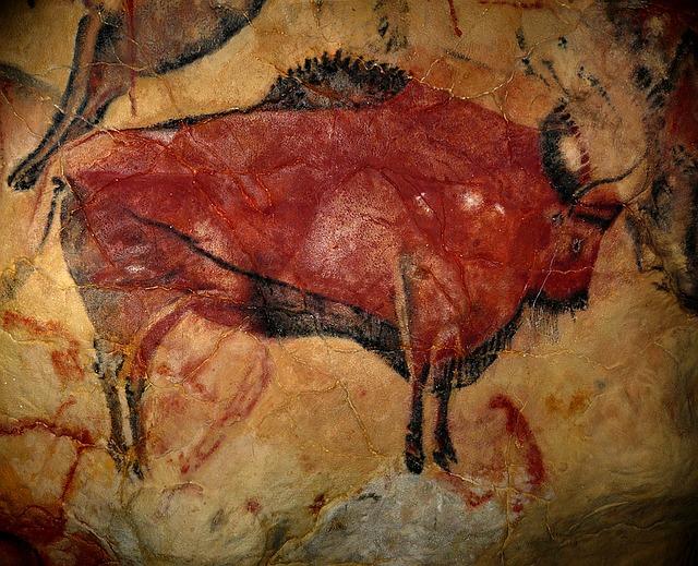 Imagem de um animal da idade paleolítica pintado na pedra.