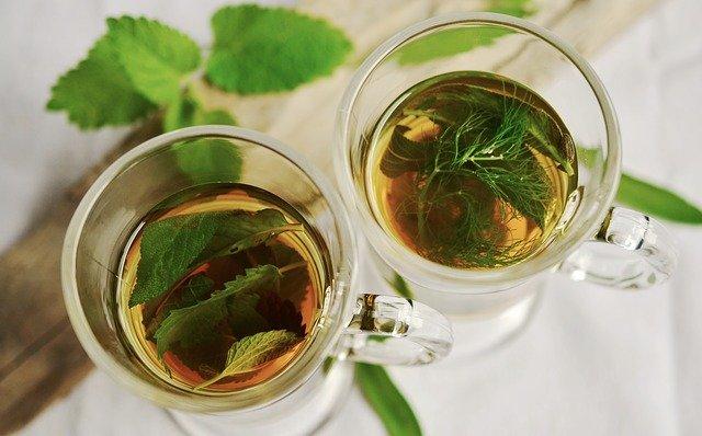 Duas xícaras de chá natural.