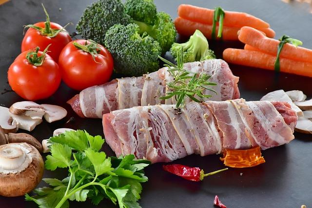 Temperos naturais, Carne, legumes e verduras expostos em uma mesa.