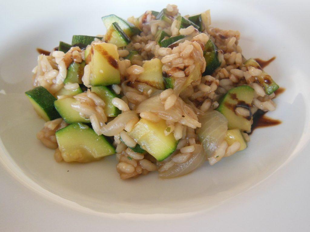 Prato de arroz integral com legumes.