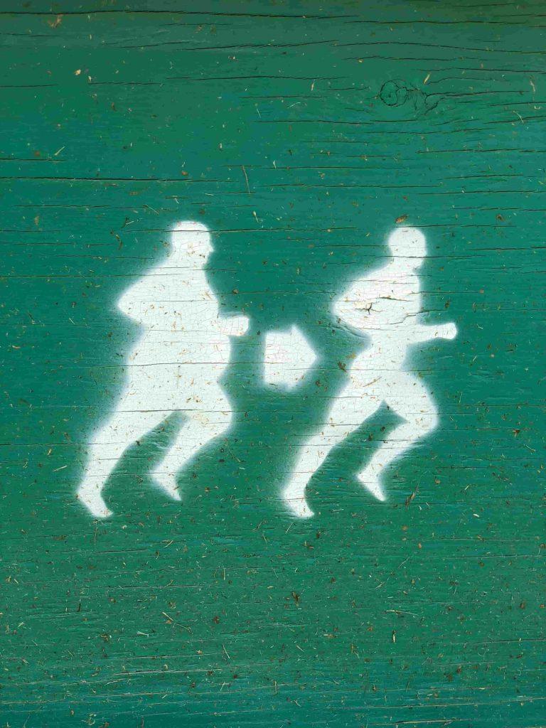 um desenho branco de um homem gordo correndo uma seta e um homem magro correndo como resultado de atividade física.