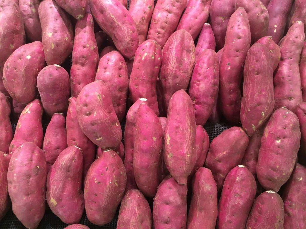 Varias batatas doces expostas.