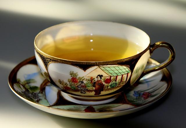 Xícara de porcelana com lindos  desenhos orientais.