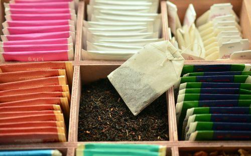 Saches de chás organizados.