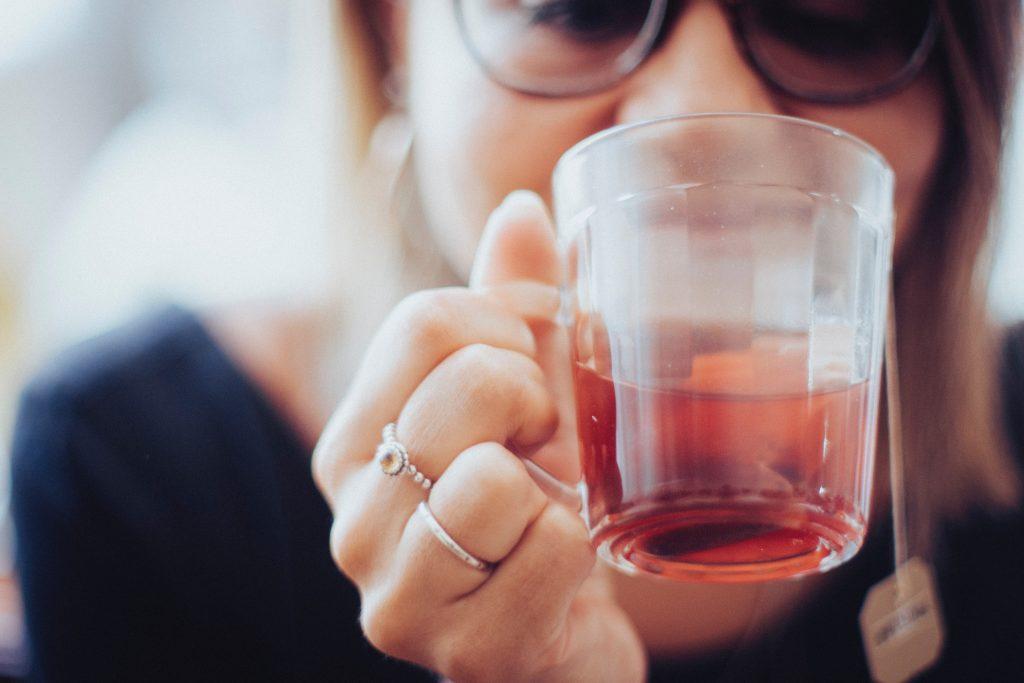 mulher bebendo uma xicara de chá mate.